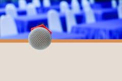 Ασύρματος παλαιός μικροφώνων σε μια στάση στο εσωτερικό συνεδριάσεων αιθουσών υπόβαθρο διασκέψεων σεμιναρίου κενό στοκ φωτογραφία με δικαίωμα ελεύθερης χρήσης