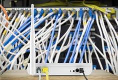 Ασύρματος δρομολογητής διαποδιαμορφωτών με τη σύνδεση καλωδίων στο τοπικό δίκτυο Στοκ φωτογραφία με δικαίωμα ελεύθερης χρήσης