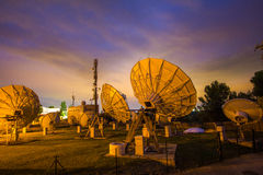 Ασύρματο παρατηρητήριο Majorca πιάτων κεραιών δορυφόρων τηλεπικοινωνιών WIFI timelapse Στοκ εικόνα με δικαίωμα ελεύθερης χρήσης