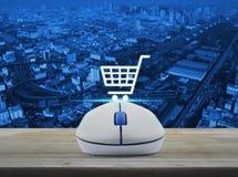 Ασύρματο ποντίκι υπολογιστών με το σε απευθείας σύνδεση εικονίδιο αγορών στην ξύλινη ετικέττα Στοκ φωτογραφία με δικαίωμα ελεύθερης χρήσης