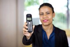 Ασύρματο τηλέφωνο εκμετάλλευσης ρεσεψιονίστ Στοκ Εικόνες