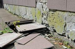 Ατέλεια κατασκευής: τα κεραμίδια έχουν πέσει από έναν τοίχο Στοκ Εικόνες