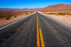 Ατέρμονος δρόμος στην κοιλάδα Καλιφόρνια θανάτου Στοκ Φωτογραφίες