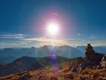 Ατέλεια φλογών φακών Ισορροπημένο pyramide πετρών στην πετρώδη αιχμή του βουνού Στοκ φωτογραφίες με δικαίωμα ελεύθερης χρήσης