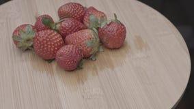 Αταξινόμητο οργανικό περιστρεφόμενο μήκος σε πόδηα φραουλών απόθεμα βίντεο