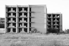 Ατελές εγκαταλειμμένο σπίτι τούβλου στη μέση ενός τομέα Στοκ φωτογραφίες με δικαίωμα ελεύθερης χρήσης