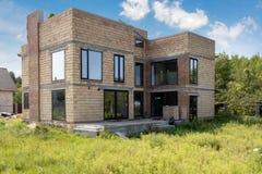 Ατελές και σύγχρονο σπίτι κάτω από την κατασκευή ενάντια στον ειρηνικό ουρανό στοκ φωτογραφία με δικαίωμα ελεύθερης χρήσης