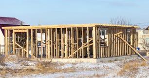 Ατελές ξύλινο σπίτι στο εξοχικό σπίτι το χειμώνα Στοκ εικόνα με δικαίωμα ελεύθερης χρήσης