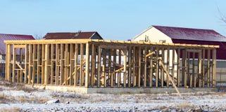 Ατελές ξύλινο σπίτι στο εξοχικό σπίτι το χειμώνα Στοκ φωτογραφία με δικαίωμα ελεύθερης χρήσης