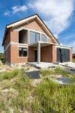 Ατελές σπίτι με την πρόσοψη και το πλαστικό τούβλου wingows στοκ φωτογραφία