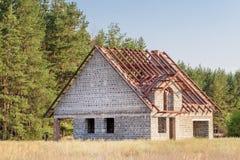 Ατελές σπίτι του αφρισμένου σκυροδέματος με την κατασκευή στεγών μετάλλων στην επαρχία κοντά στο δάσος Στοκ Φωτογραφία