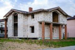 Ατελές σπίτι τούβλου, ακόμα κάτω από την κατασκευή Στοκ φωτογραφία με δικαίωμα ελεύθερης χρήσης