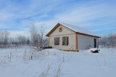 Ατελές σπίτι τούβλου σε μια χιονισμένη περιοχή Στοκ εικόνες με δικαίωμα ελεύθερης χρήσης