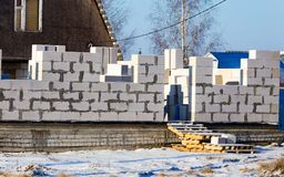 Ατελές σπίτι τούβλου στο εξοχικό σπίτι το χειμώνα Στοκ Εικόνες