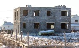 Ατελές σπίτι τούβλου στο εξοχικό σπίτι το χειμώνα Στοκ φωτογραφία με δικαίωμα ελεύθερης χρήσης