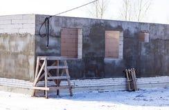 Ατελές σπίτι τούβλου στο εξοχικό σπίτι Στοκ Εικόνες