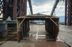 Ατελής γέφυρα Εγκαταλειμμένες βιομηχανικές σκουριασμένες καταστροφές μετάλλων στοκ φωτογραφίες