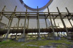 Ατελής και εγκαταλειμμένος δροσίζοντας πύργος στο πυρηνικό σταθμό του Τσέρνομπιλ, Ουκρανία Στοκ εικόνα με δικαίωμα ελεύθερης χρήσης