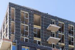 Ατελής οικοδόμηση που στέκεται ενάντια στον μπλε ειρηνικό ουρανό στοκ φωτογραφίες