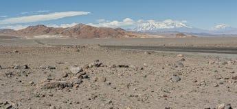 Ατελείωτος δρόμος στον τροπικό κύκλο Αιγοκέρου, έρημος Atacama, Χιλή Στοκ εικόνα με δικαίωμα ελεύθερης χρήσης