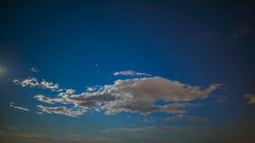 Ατελείωτος ουρανός με την αστραπή αστεριών και τα άσπρα σύννεφα που πετούν, φανταστικό timelapse απόθεμα βίντεο
