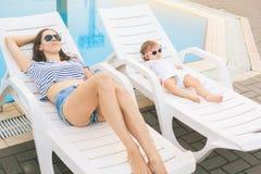 Ατελείωτο καλοκαίρι Η χαριτωμένη χαλάρωση μωρών και μητέρων Στοκ Φωτογραφία