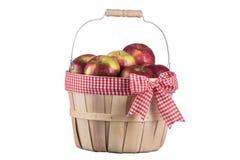 Ατελές καλάθι μήλων που απομονώνεται στο άσπρο υπόβαθρο Στοκ εικόνα με δικαίωμα ελεύθερης χρήσης