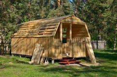 Ατελές ξύλινο σπίτι στην επαρχία Στοκ Φωτογραφία