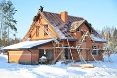Ατελές σπίτι της περιοχής τούβλου κάτω από την κατασκευή με το ξύλινο ro Στοκ Εικόνα