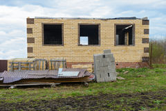 Ατελές σπίτι τούβλου με έναν φράκτη Στοκ φωτογραφία με δικαίωμα ελεύθερης χρήσης