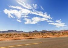 Ατελείωτος δρόμος και όμορφο cloudscape, έννοια ταξιδιού, ΗΠΑ Στοκ Εικόνα