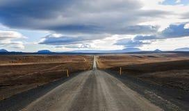 Ατελείωτος δρόμος μέσω της ερήμου Στοκ εικόνα με δικαίωμα ελεύθερης χρήσης