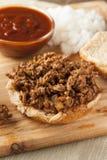 Ατημέλητο σάντουιτς βόειου κρέατος σχαρών Στοκ φωτογραφία με δικαίωμα ελεύθερης χρήσης