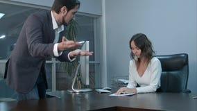 0 λατινικός επιχειρηματίας που έρχεται στο συνάδελφο και την κραυγή του στοκ εικόνες