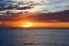 Ατλαντικός Ωκεανός εκτάσεις ουρανός σύννεφων Ένα παιχνίδι του φωτός του ήλιου Ανατολή Στοκ εικόνες με δικαίωμα ελεύθερης χρήσης