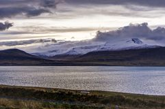 Ατλαντικός Ωκεανός με καλυμμένα τα χιόνι βουνά και ισλανδικό Landscap Στοκ φωτογραφία με δικαίωμα ελεύθερης χρήσης