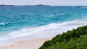 Ατλαντικός Ωκεανός που αντιμετωπίζεται από μια παραλία στις Μπαχάμες στοκ εικόνες με δικαίωμα ελεύθερης χρήσης