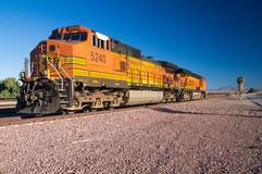 Ατμομηχανές αριθ. φορτηγών τρένων BNSF 5240 στην έρημο Στοκ Εικόνες