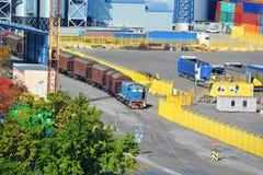 Ατμομηχανή και τραίνο στο λιμένα στοκ φωτογραφία με δικαίωμα ελεύθερης χρήσης