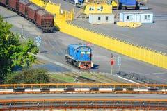 Ατμομηχανή και τραίνο στο λιμένα στοκ εικόνες