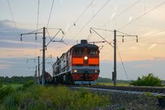Ατμομηχανή με τους γύρους φορτηγών τρένων στοκ εικόνες