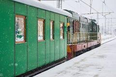 Ατμομηχανή τραίνων με τη μεταφορά σιδηροδρόμων Στοκ φωτογραφία με δικαίωμα ελεύθερης χρήσης