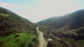 Ατμοσφαιρική άποψη του δρόμου Malibu κοντά στα ξύλα απόθεμα βίντεο