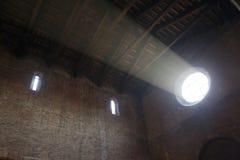 Ατμοσφαιρική ακτίνα του φωτός που προέρχεται από το ροδαλό παράθυρο Στοκ φωτογραφία με δικαίωμα ελεύθερης χρήσης