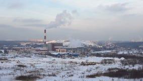 Ατμοσφαιρική ρύπανση από έναν σωλήνα εργοστασίων σε ένα χειμερινό απόγευμα φιλμ μικρού μήκους