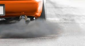 Ατμοσφαιρική ρύπανση στην πόλη από το σωλήνα εξάτμισης πετρελαιοκίνητων οχημάτων στοκ εικόνα με δικαίωμα ελεύθερης χρήσης