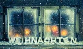 Ατμοσφαιρικό παράθυρο Χριστουγέννων για ένα υπόβαθρο με το γερμανικό κείμενο: Chris Στοκ Εικόνα