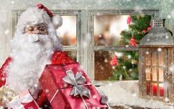 Ατμοσφαιρικό παράθυρο Χριστουγέννων με Άγιο Βασίλη Στοκ εικόνα με δικαίωμα ελεύθερης χρήσης
