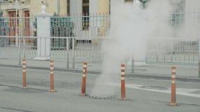 Ατμός από μια σπασμένη γραμμή χρησιμότητας υπονόμων στη χειμερινή πόλη φιλμ μικρού μήκους