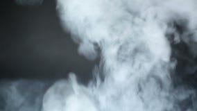 Ατμός από το ε-τσιγάρο στο μαύρο υπόβαθρο φιλμ μικρού μήκους